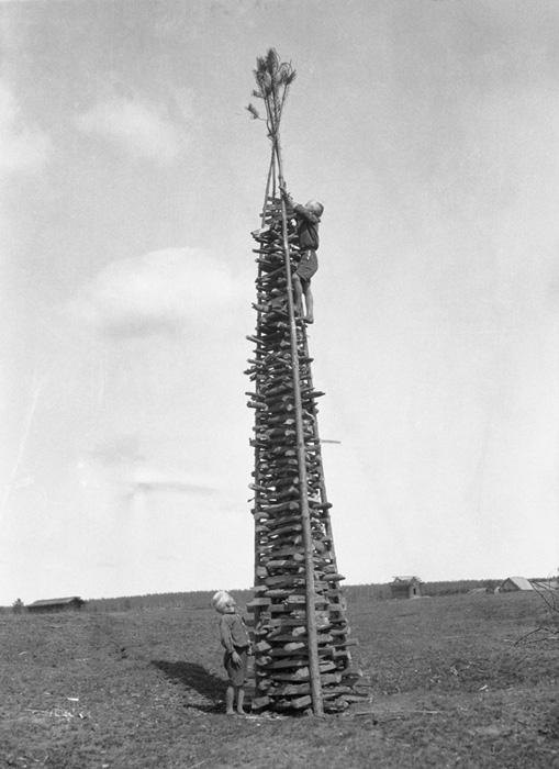 Poika on kiivennyt kokon latvaan sytykettä viemään säärikokko Pajakankaan mäellä Valkjärvi, Nurmijärvi. Kuva,Tyyni Vahter 1930, Museovirasto.
